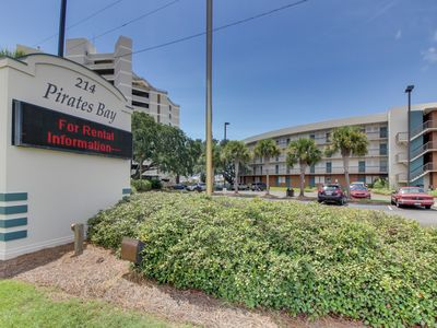 Photo for Cozy studio in bayfront building with shared pool and more!