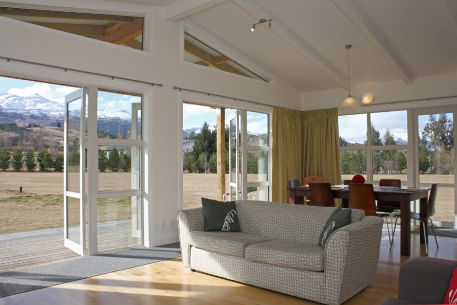 Crystal Cottage-Stunning Country Setting!