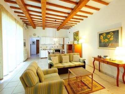 Photo for Nice apartment in villa for 4 people with WIFI, A/C, TV, pets allowed and parking, close to Flor...
