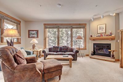 8782 Trappers Crossing - a SkyRun Keystone Property - Living Room - Spacious living room.