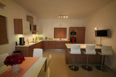 Fitted kitchen /dining with b'fast bar and LCD tv