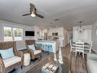 2 minute walk to beach!! PRIVATE HEATED POOL w covered lanai!! Newly renovated!!