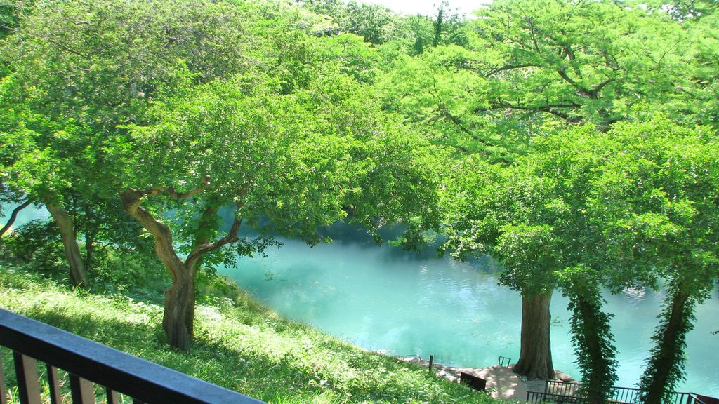 Hotels vacation rentals near guadalupe river tubing usa for Floating the guadalupe river cabins