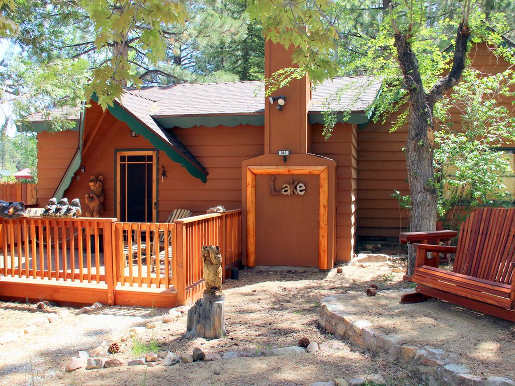 Beautifully remodeled 2 bedroom cabin just steps to the for Big bear 2 person cabin