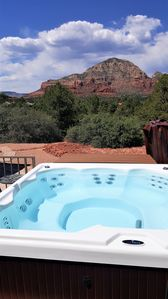 Red Rock Retreat - Great Location, Magnificent Views, Large Deck With Hot Tub.