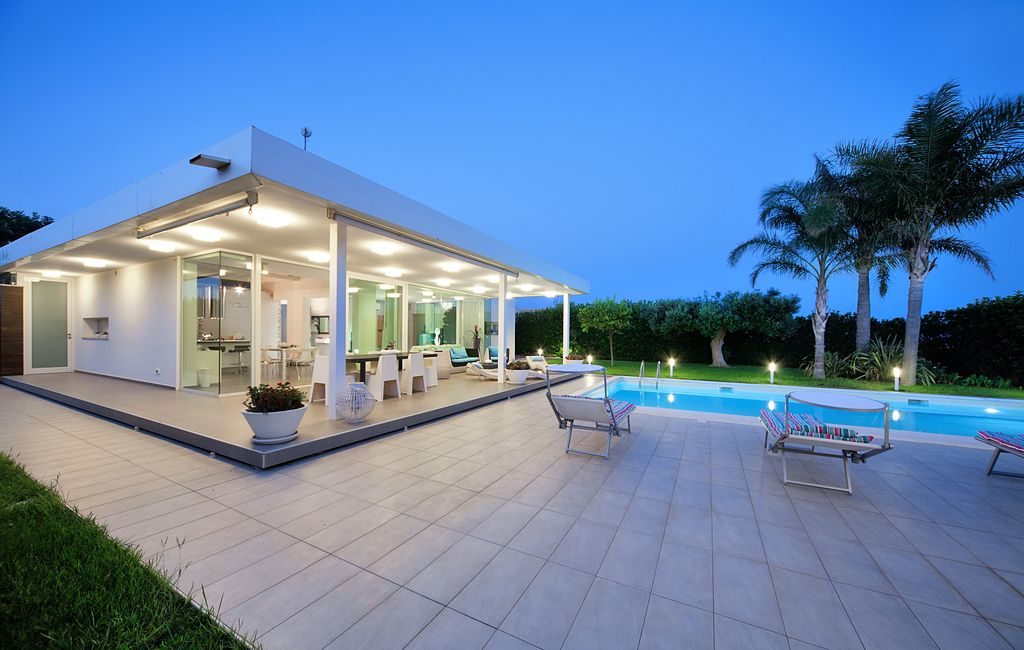 Beautiful villa in a modern style with swimming pool for Ville stile moderno