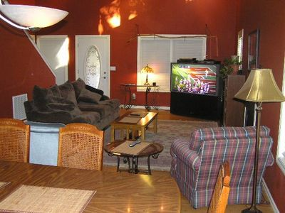 comfortable and cozy open floor plan w/cathedral cielings & hd/tv