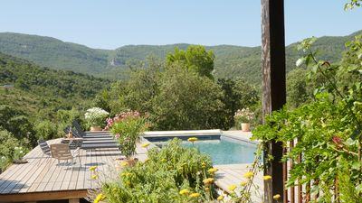 View of the pool to the surrounding hills and vineyards