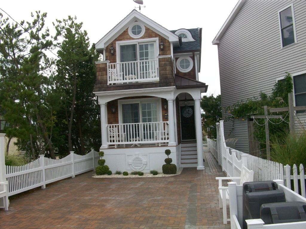 Beautiful New England style beach house wit... - HomeAway on garden roof styles, cabin roof styles, residential house roof styles, beach small cottage floor plans, victorian house roof styles, apartment roof styles, office roof styles, tiny house roof styles, home roof styles,