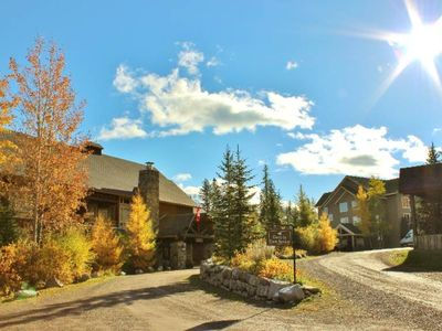 Photo for Pet friendly condo with kitchen, outdoor pool, hot tubs & BBQ access, 5min walk to ski lifts: T618