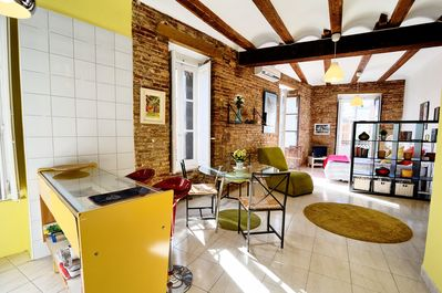 Charming period luminous studio within unique typical Valenciano building.