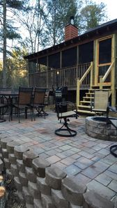 Screened porch and fire pit!! Elegant!! Firewood provided