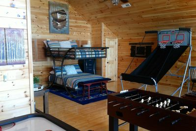 GAME time!! POOL TABLE, Double bunks, full BR w/jacuzzi, air hockey, HOTTUB SOFA