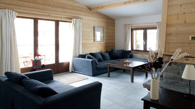 The sitting area with log fireplace in Chalet Dahu