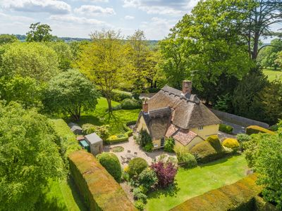 Photo for A quintessentially English 16th century thatched cottage