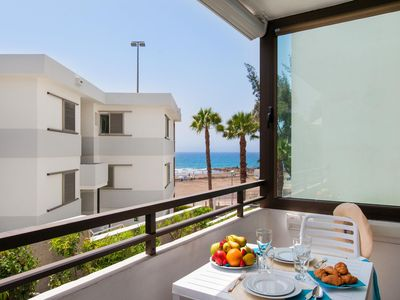 Photo for Spacious Beachfront Siesta apartment in Gran Canaria with WiFi, air conditioning & balcony.