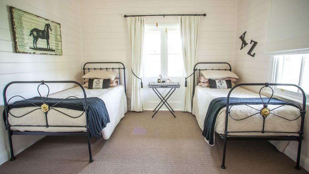annie's folly boutique cottage ....Country Bliss