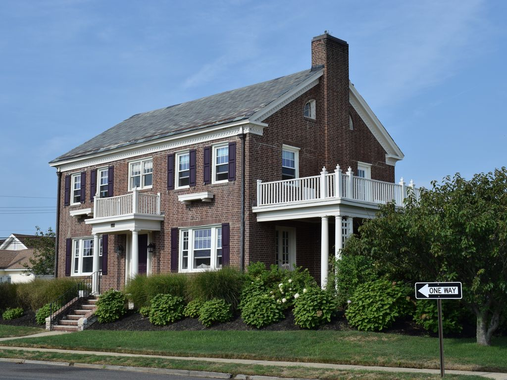 Ocean block georgian colonial 6 br sweepi vrbo for New england colonial style