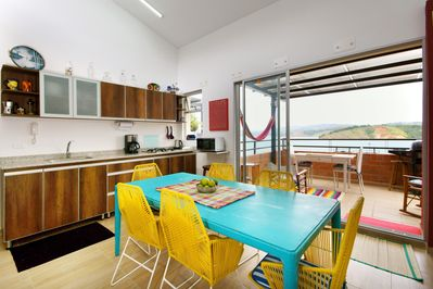 Open kitchen with dinning table for 6 people with view to the lake.