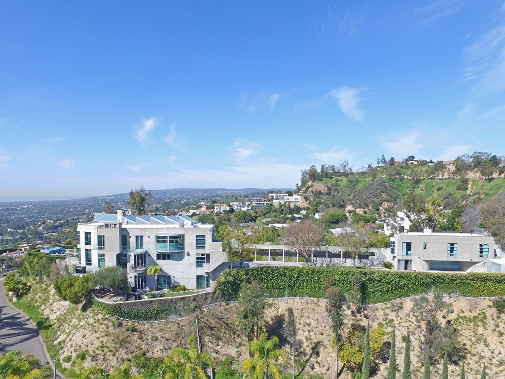 The home was later remodeled in the 1980s by award-winning architect and designer Xorin Balbes.