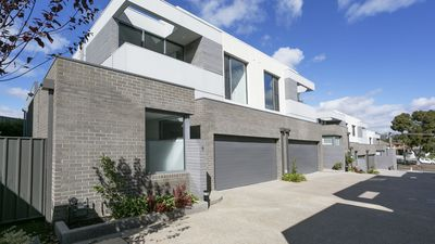 Photo for Modern Townhouse Family/Pet friendly close to  CBD area.