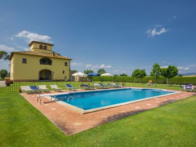 Photo for Apartment in villa with A/C, WIFI, private pool, TV, balcony, pets allowed, parking, close to Arezzo