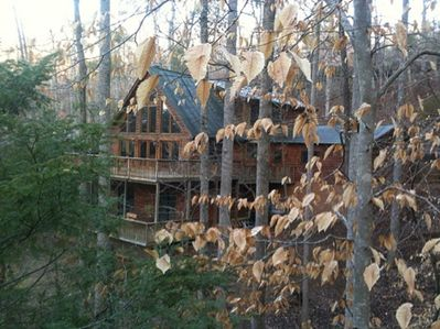 3 story log Cabin with 2 decks - 5 bdrms (loft) in mountains. Walk to lake/river