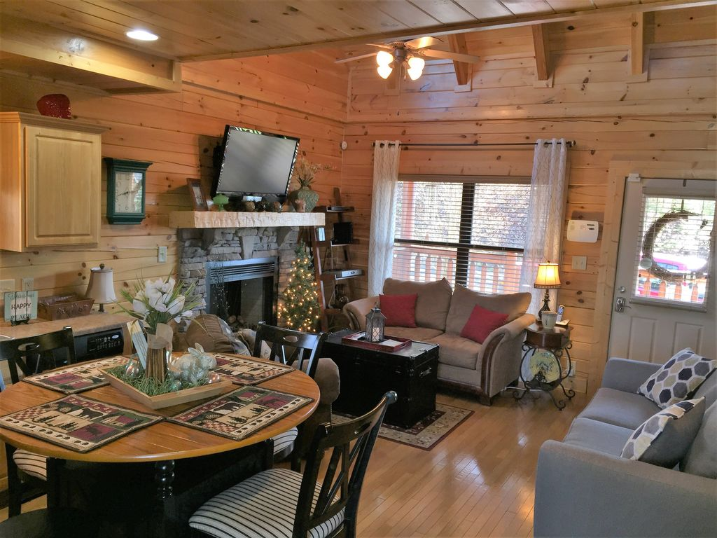 *Beary Cozy* Minutes From Town! Hot Tub, Pool Table, Gorgeous View!!