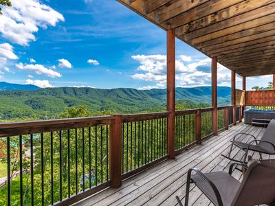 Mountain Views, Hot Tub, Indoor Pool & Theater Room! 1.5 miles to Parkway