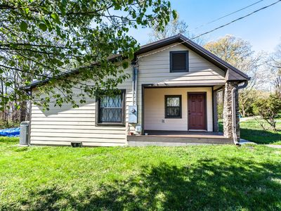 Family-friendly house with full kitchen, free WiFi, screened porch