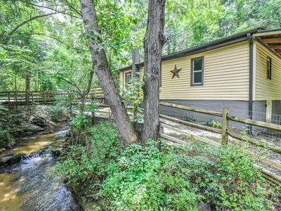 AVL Creekside Bungalow, 12 min to DTWN ASHEVILLE! Sleeps 8, New Hot Tub, Dogs OK