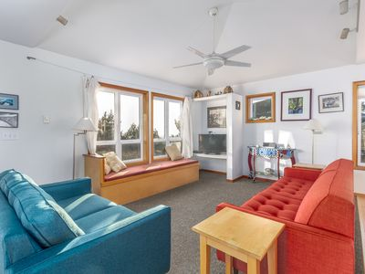 Beachwoods Cottage, views of the ocean, gas fireplace, jetted soaking tub, bikes