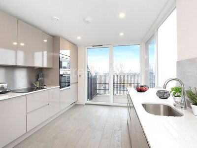 Photo for Spacious Boutique London Penthouse apartment in Tower Hamlets with WiFi & balcony.