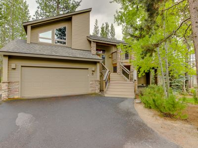 Photo for Beautiful Sunriver home with private hot tub and SHARC passes!