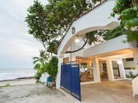 Great location right on the beach, very helpful host, wonderful spaces within the property, peaceful