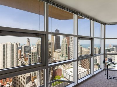 51st Floor MagMile Penthouse - VIEWS, Fireplace, Balcony, Pool, WiFi