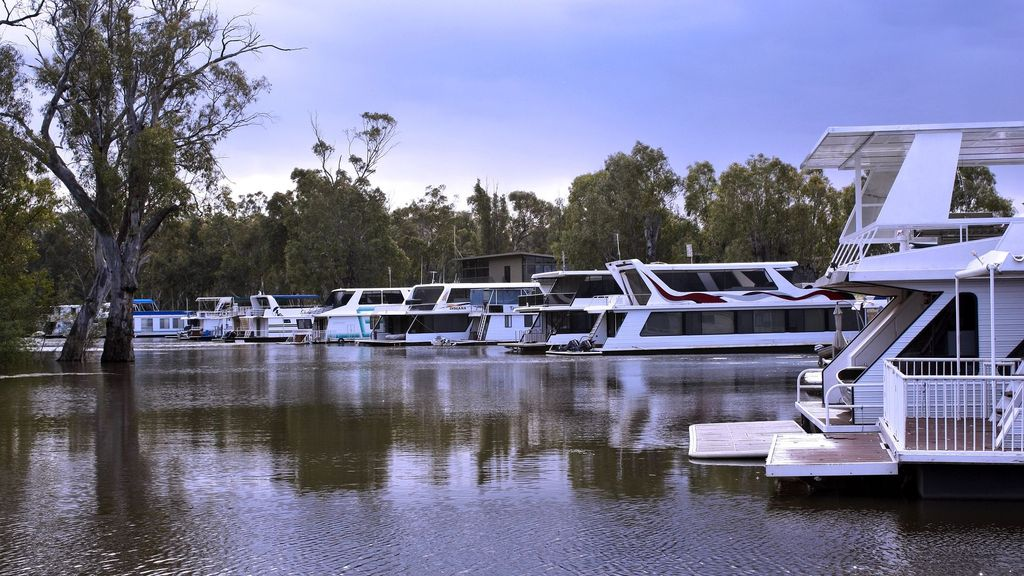 Deluxe on the Murray 26. Deep Creek Marina, Moama