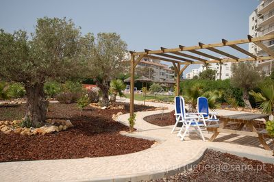 Great garden with picknick tables.