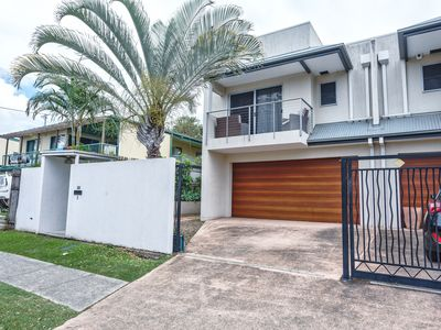 Photo for 5 Bedroom House in the Heart of Surfers Paradise