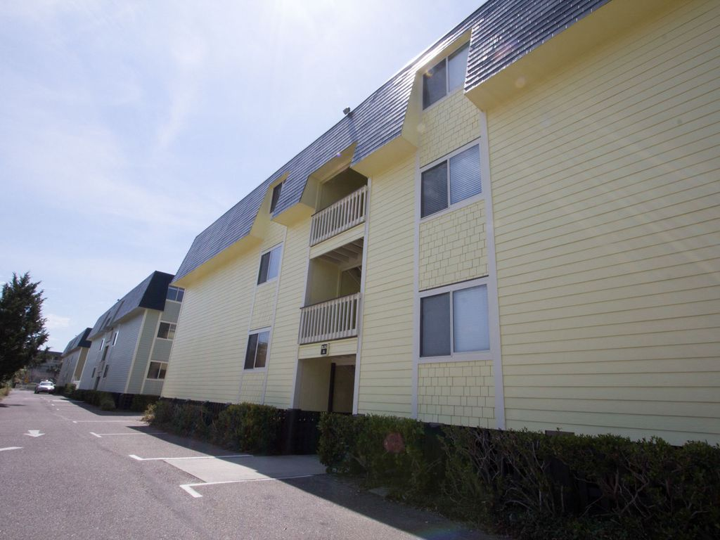Great beach condo in downtown isle of palms with pool for Isle of palms fishing pier