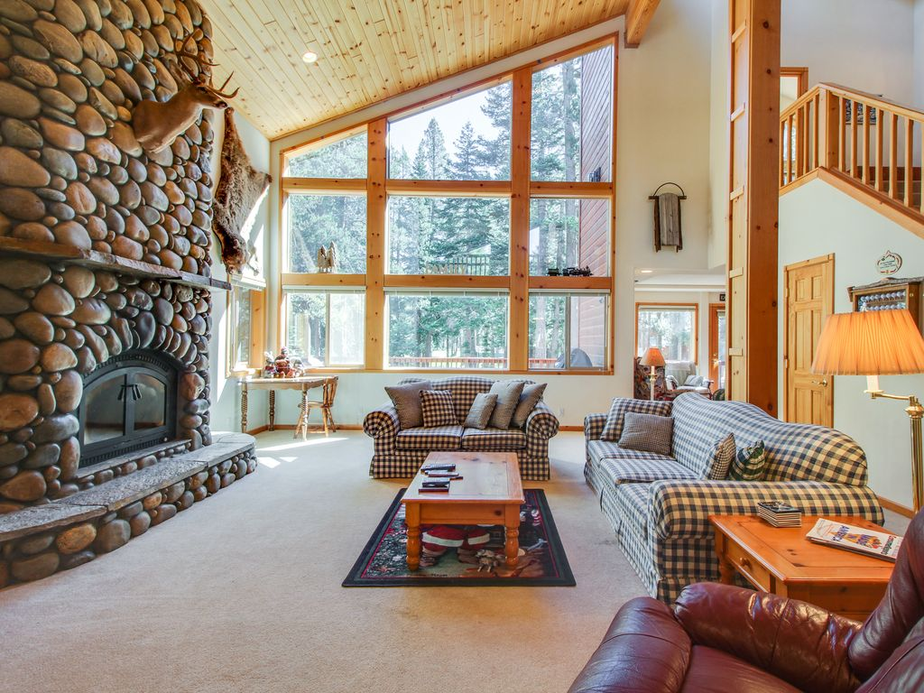 Mountain Home W Access To Shared Pool Hot Tub Sauna Tennis More Truckee