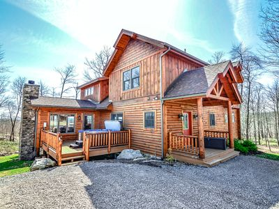 Log cabin located near golf course with hot tub, fireplaces, and free WIFI!