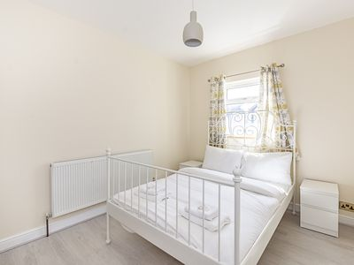 Photo for Spacious 4 Bed Apartment Near Tooting Gardens