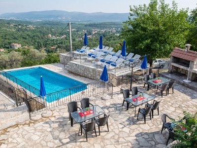 Hillside apartment with stunning views of sea and mountains, sea 2 km, pool