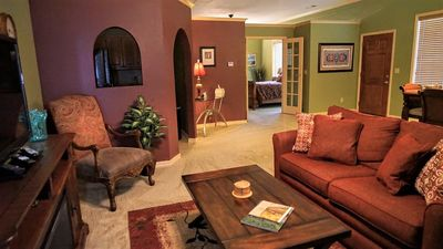 BLUE WATER BUNGALOW, WIFI ,LAKE VIEW, LARGE DECK, SPA TUB FOR TWO, HOT TUB, PRIVATE PARKING