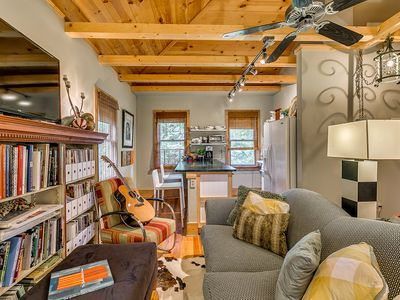 Downtown Carriage House Studio : Dream under Vaulted Ceilings