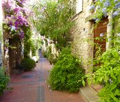 Character town house in Old Antibes, a short walk from the Marche Provençal, restaurants and bars.