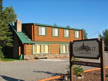 Absaroka Cabin, Sleeps 7 - 17, 5 Blocks from Yellowstone's West Enterance.