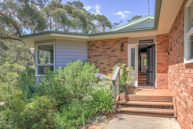 Set in native bushland Banksia Cottage is a classic mountain retreat.