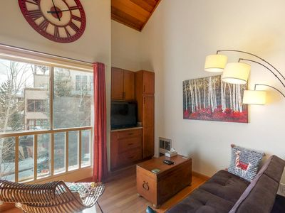 Photo for NEW LISTING! Cozy condo w/access to shared pool, hot tub, sauna, & tennis court!